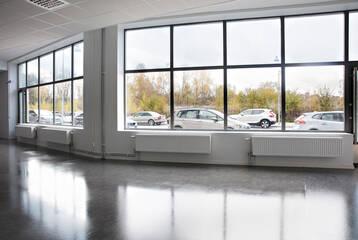 Ljus lokal med stora skyltfönster