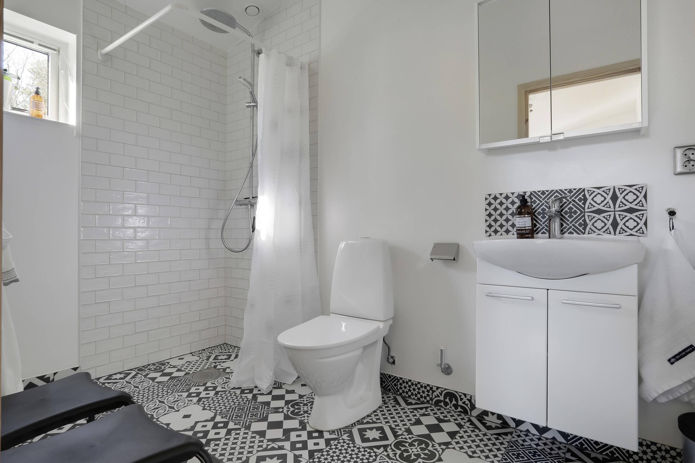 Klinkerlagt duschrum som tillhör sovrum 1
