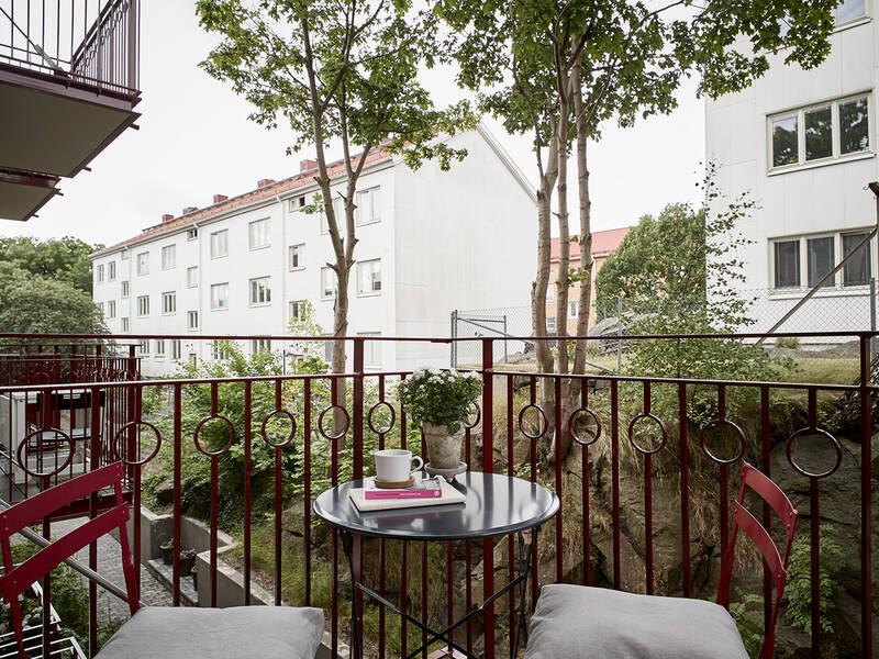 Mysig landshövdingehusetta med balkong och naturnära läge mitt i stan