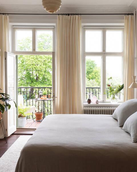 Smakfullt renoverad sekelskifteslägenhet med balkong och hänförande utsikt