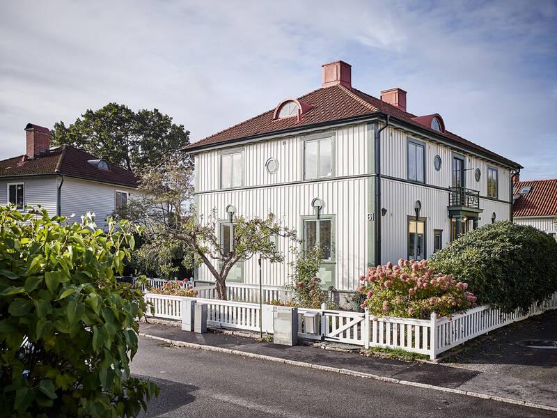 Stor, friliggande och mycket vacker 1930-talsvilla med många originaldetaljer