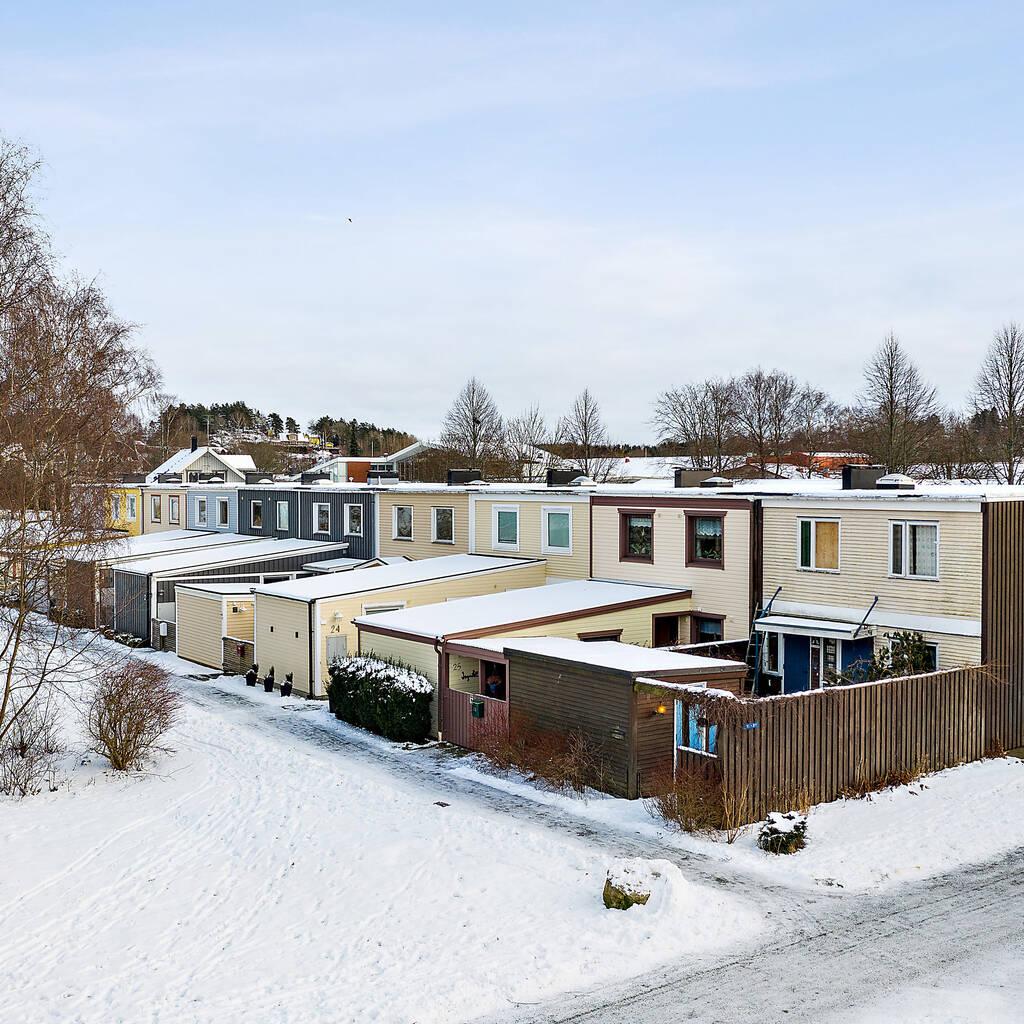 Nyrenoverat radhus, nära skolor och centrum
