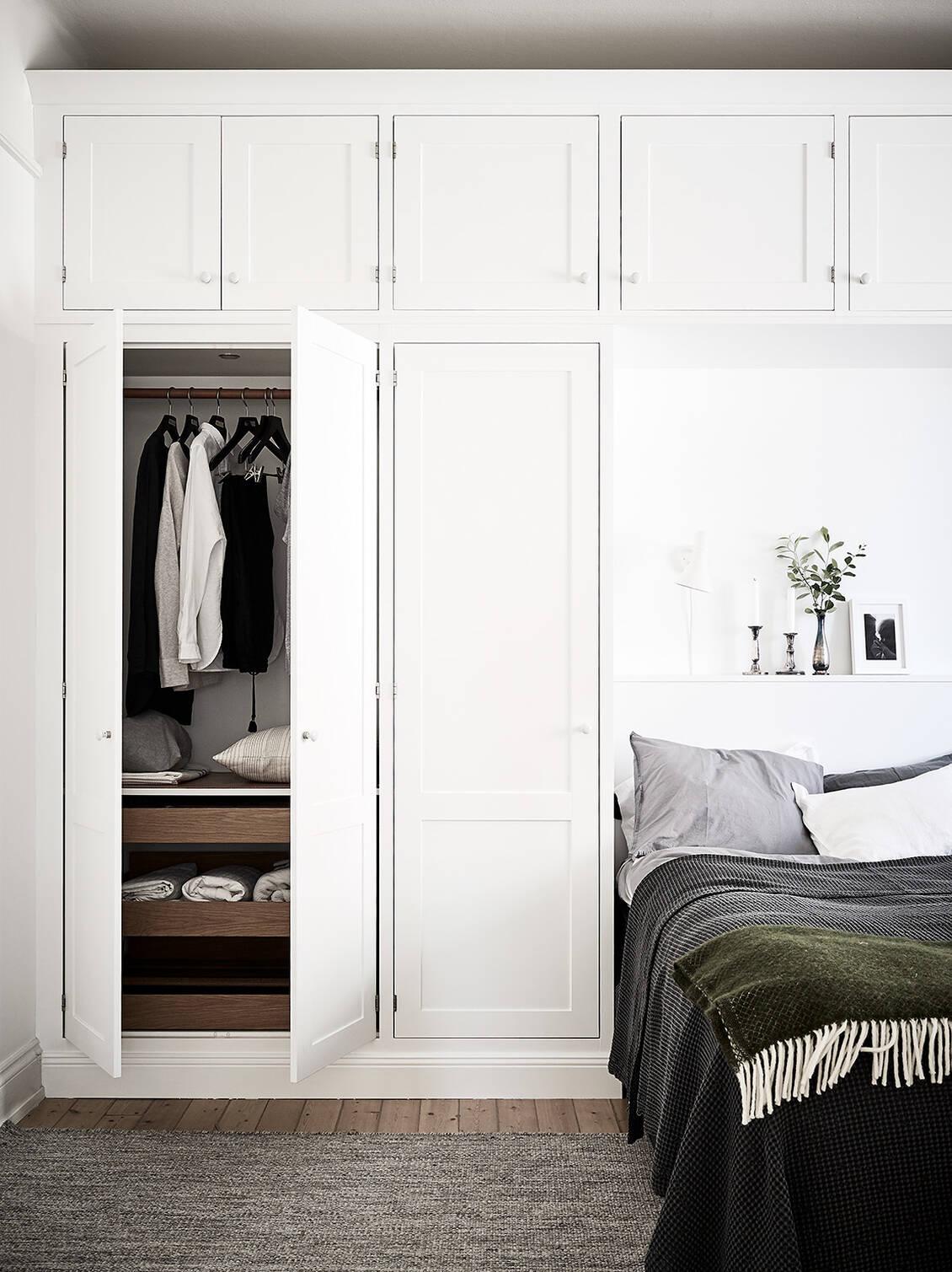 Garderoberna har inbyggd ledbelysning och är utrustade med...