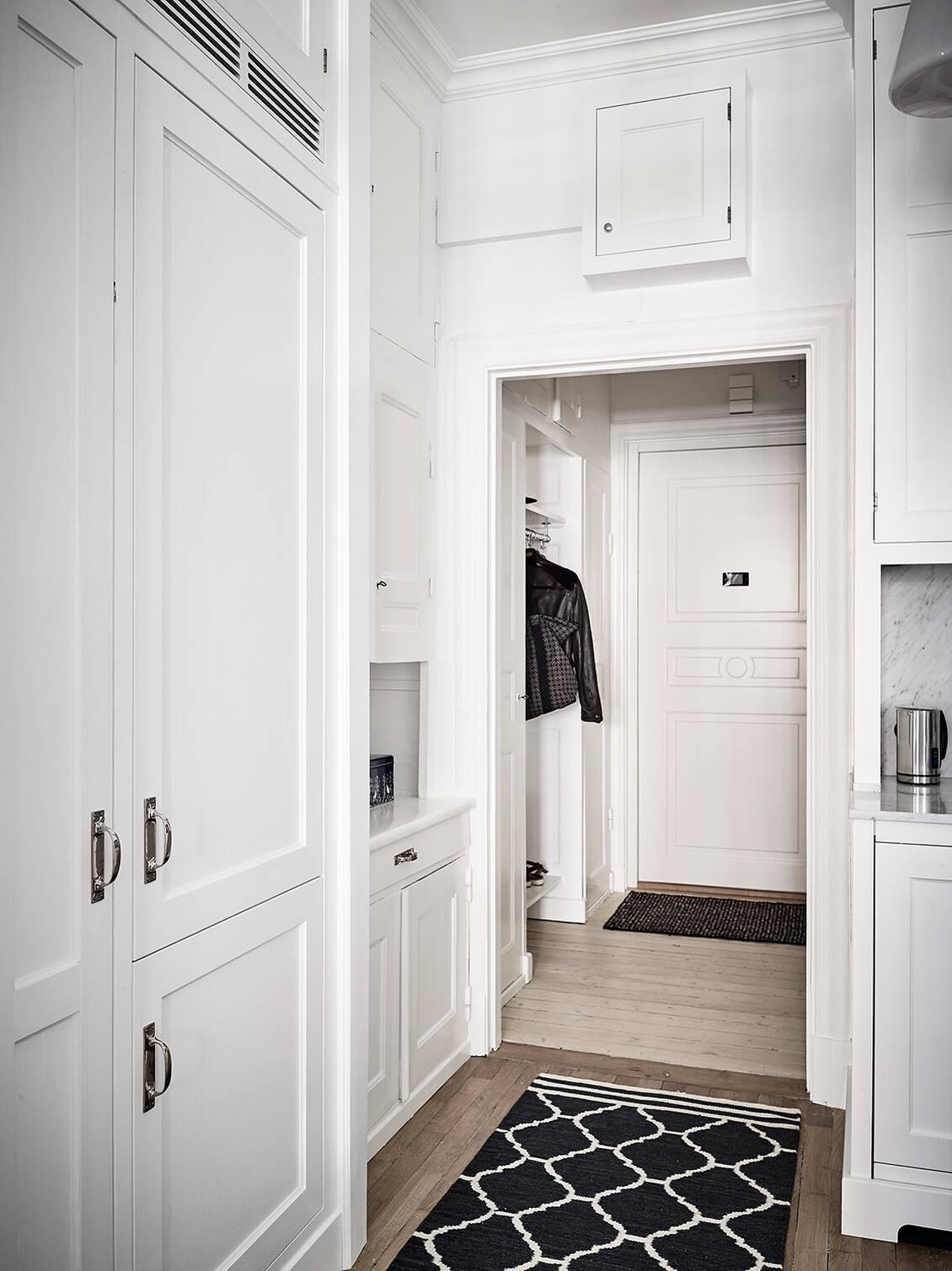 Den fina inredningen – garderob, städskåp, överskåp, galgstång..