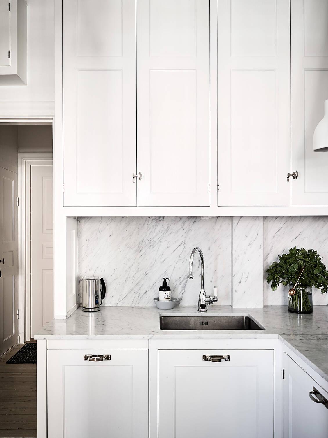 Köket med ny tidsenlig, platsbyggd och handmålad inredning från Kvänum.