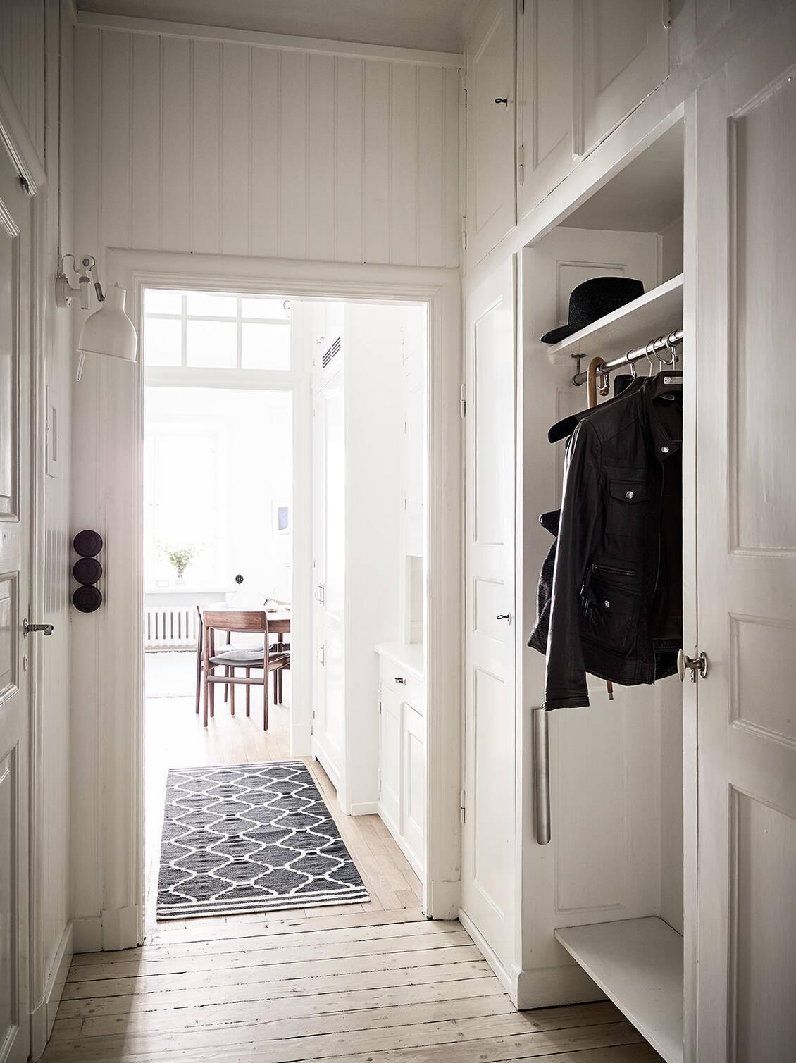 Hallen har besökskamera, och ytterdörren är en säkerhetsdörr i tidsenlig stil.