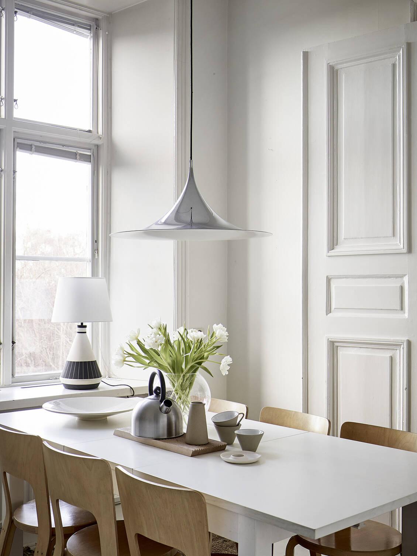 Köket erbjuder gott om yta för att duka upp för större sällskap.