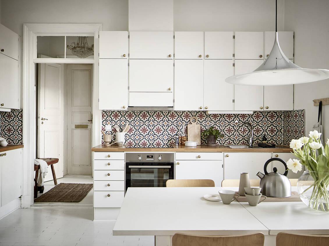 Köket har dubbla rader överskåp, och det finns möjlighet att ta till vara den generösa takhöjden som extra förvaringsutrymme.
