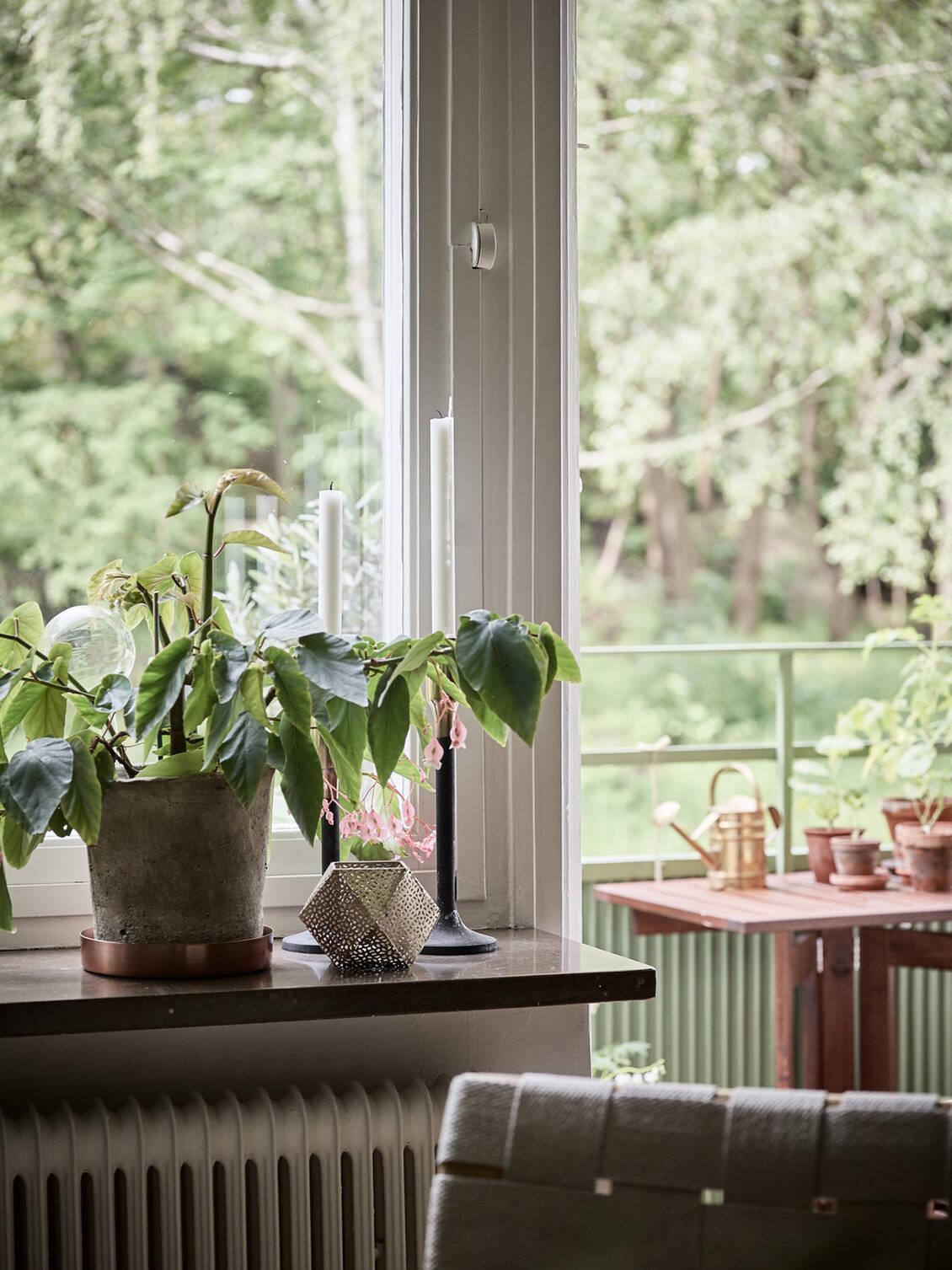 Originalfönstren och dess fönsterbänkar i marmor ger en charmig inramning.