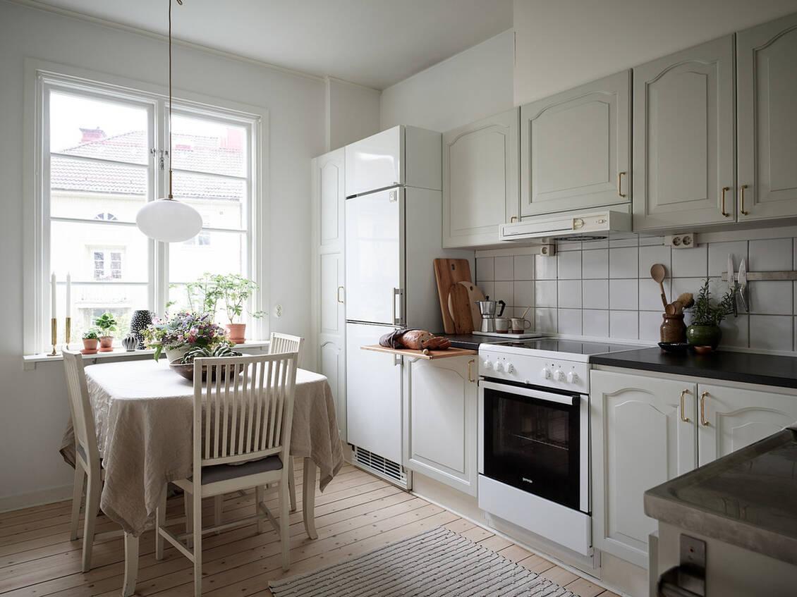 Köket är stort, och det är väl tilltaget med bänkyta och förvaring,