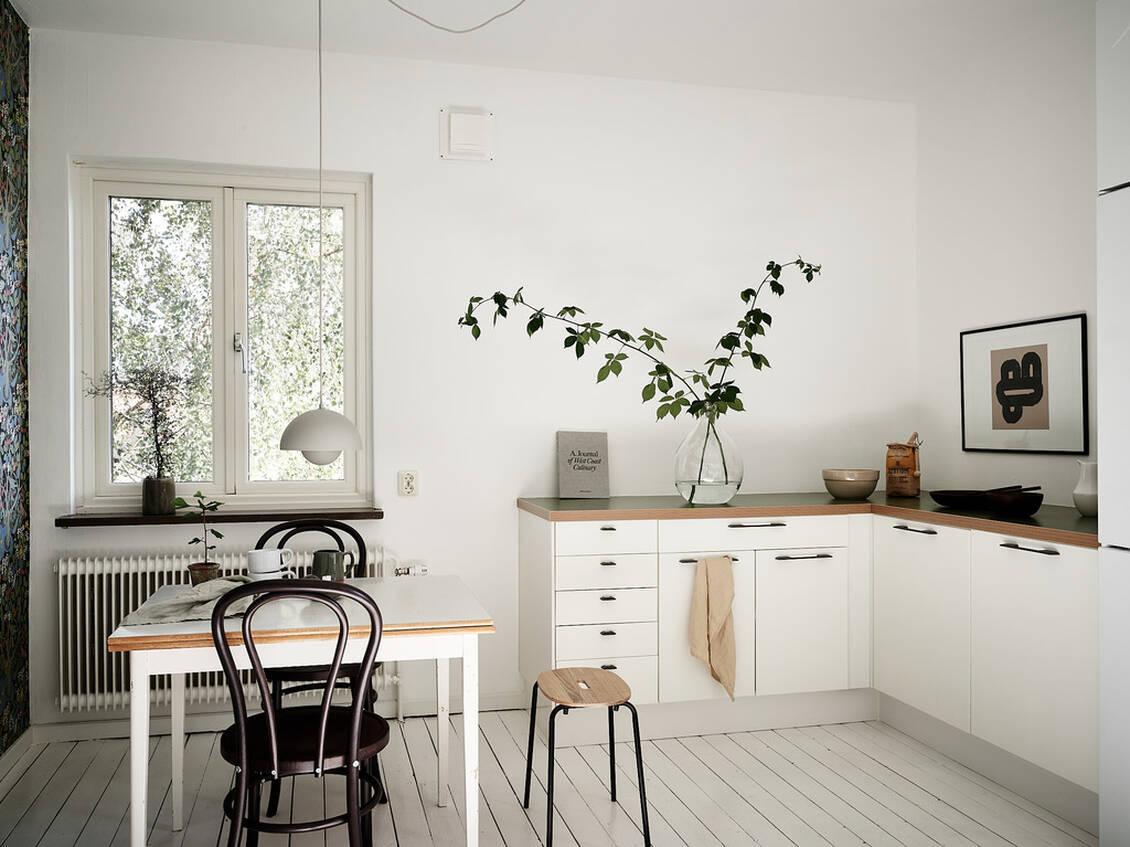 Det rymliga köket har morgon- och förmiddagssol och här strömmar ljuset in från två håll.