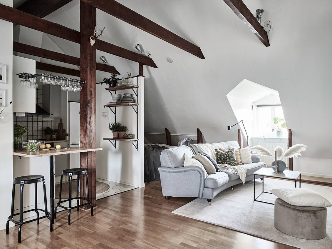 Vardagsrummet har luftig takhöjd, och ljuset strömmar in från vackra fönsterkupor i motsatta väderstreck.