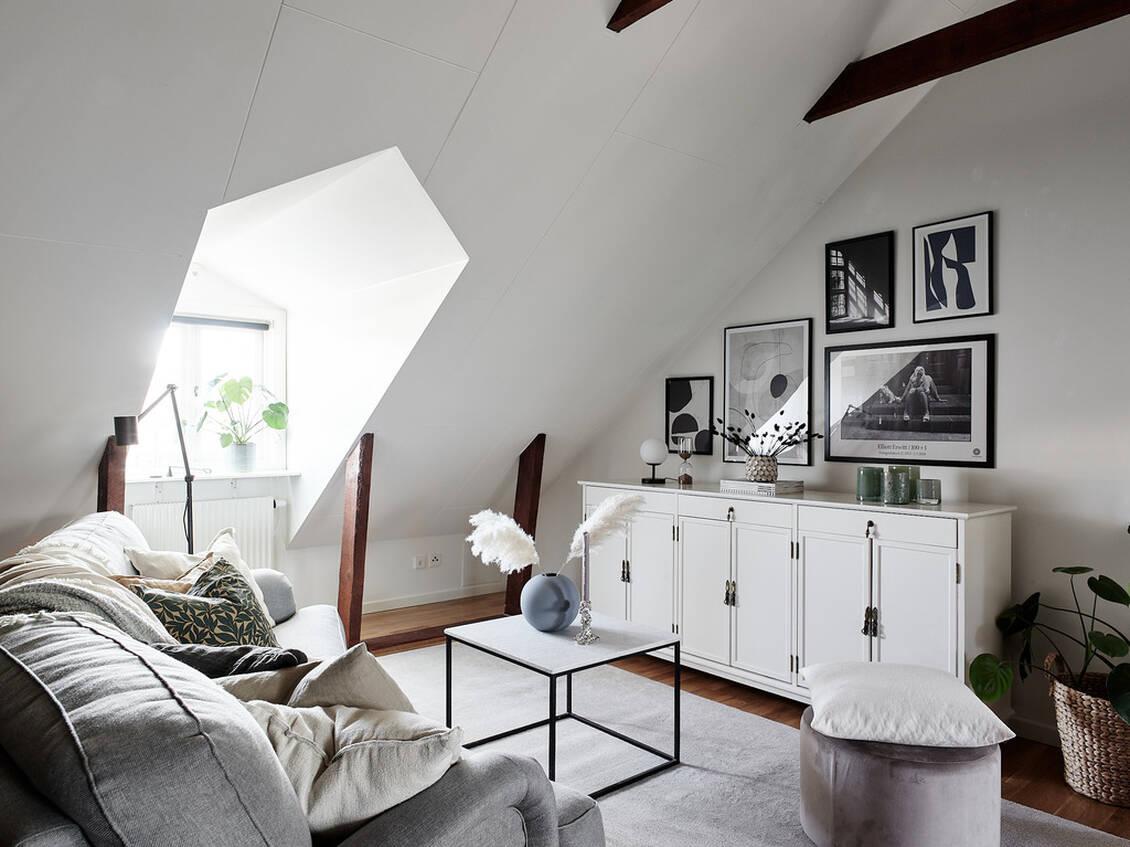 Rummet rymmer lätt och ledigt både soffgrupp och stort matsalsbord.