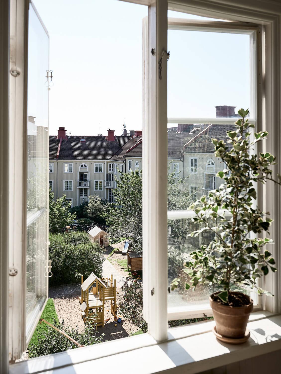 Spröjsade originalfönster med handblåst glas.
