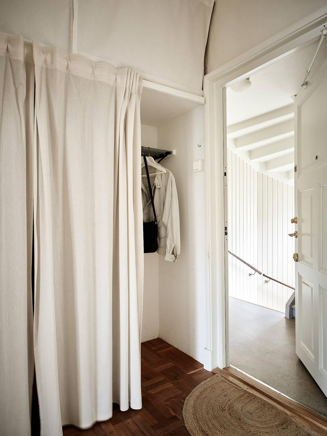 Lättåtkomligt förvaringsutrymme med galgstång, skoställ och hyllor.