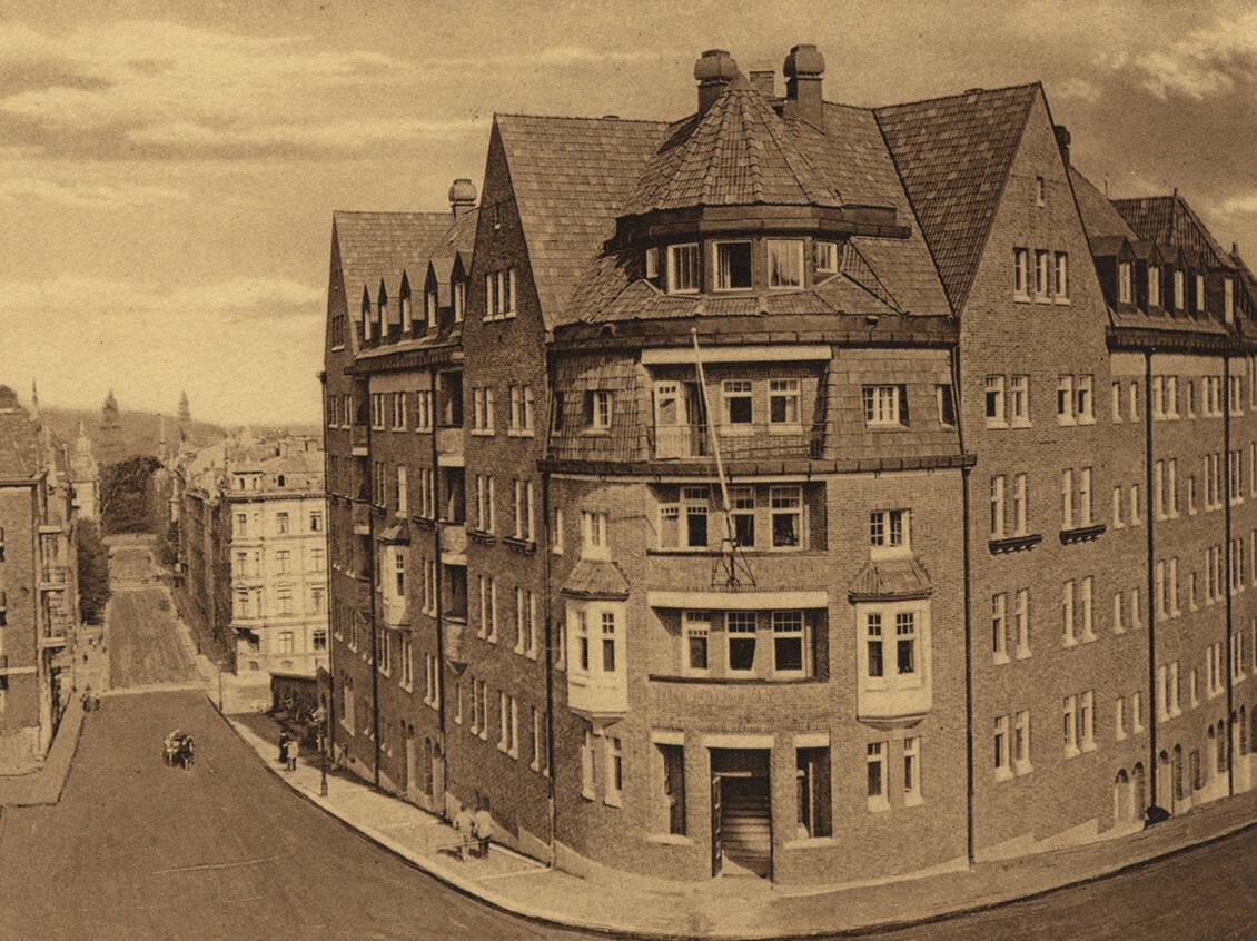 Byggnaden Hemtrevnad av Hans Hedlund synes ifrån bostaden och uppfördes 1913 som ett bostadshus för yngre, ensamstående kvinnor.