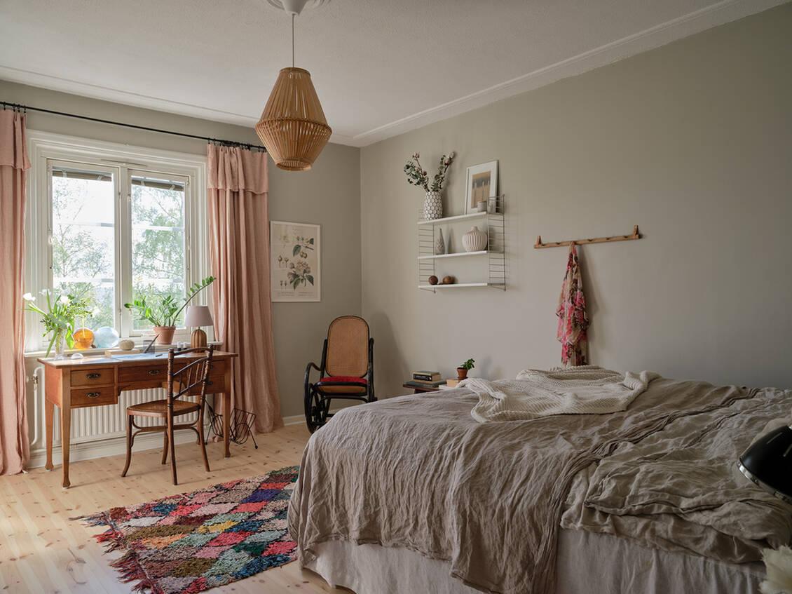 Vägg i vägg med vardagsrummet, och med samma hänförande utsikt, ligger lägenhetens stora sovrum.