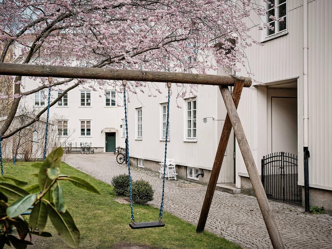 Landshövdingehusen med adress Sofiagatan 58-64 byggdes 1926. Stilen är tjugotalsklassicistisk, och ritningarna signerade arkitekt Arvid Fuhre.