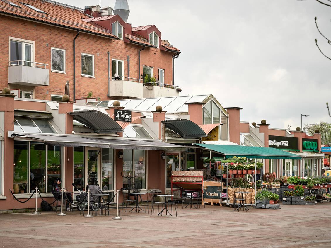 En kort promenad från lägenheten ligger Munkebäcks torg, med Coop, frukt och grönt samt Portens bageri