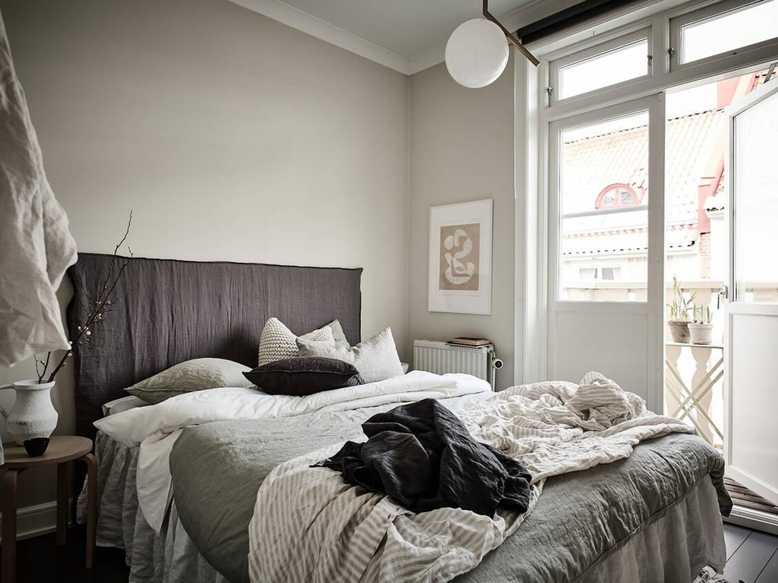 Från sovrummet når du balkongen. Båda dörrarna går att öppna helt vilket är skönt sommartid.