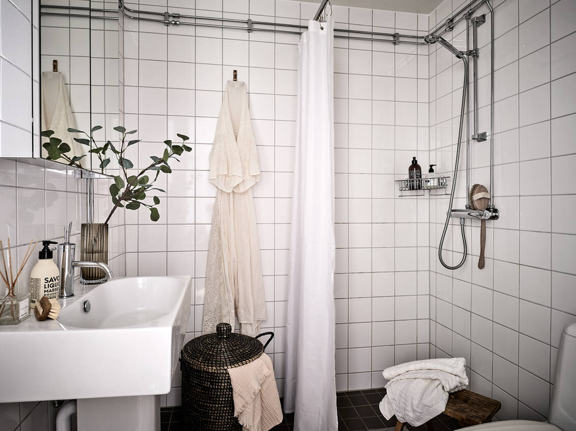 Badrum med ett stilrent och tidlöst intryck.