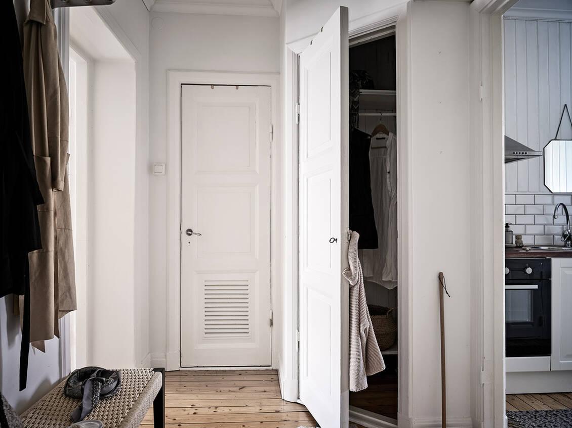 Förvaringsmöjligheter erbjuds i form av en inbyggd originalgarderob.