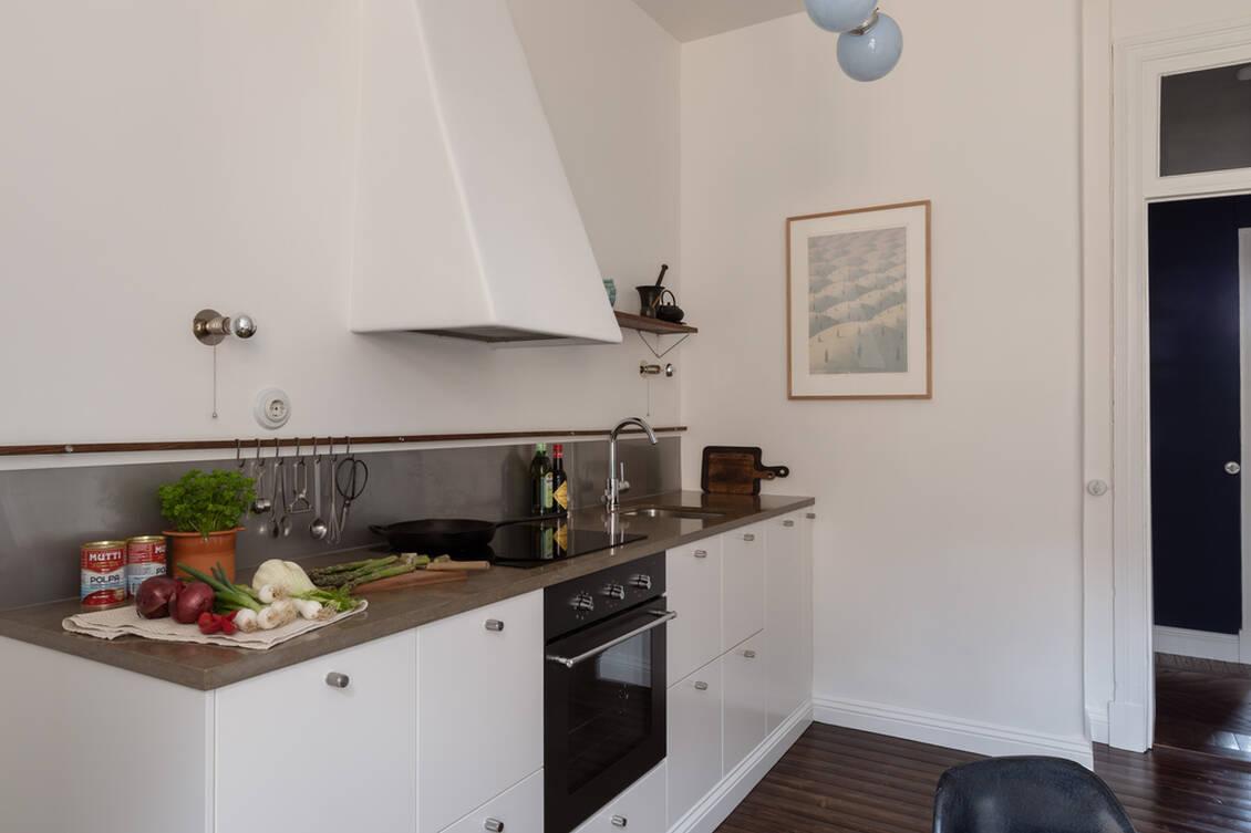 Köksbänkarna är i portugisisk kalksten med infälld induktionshäll och diskho.