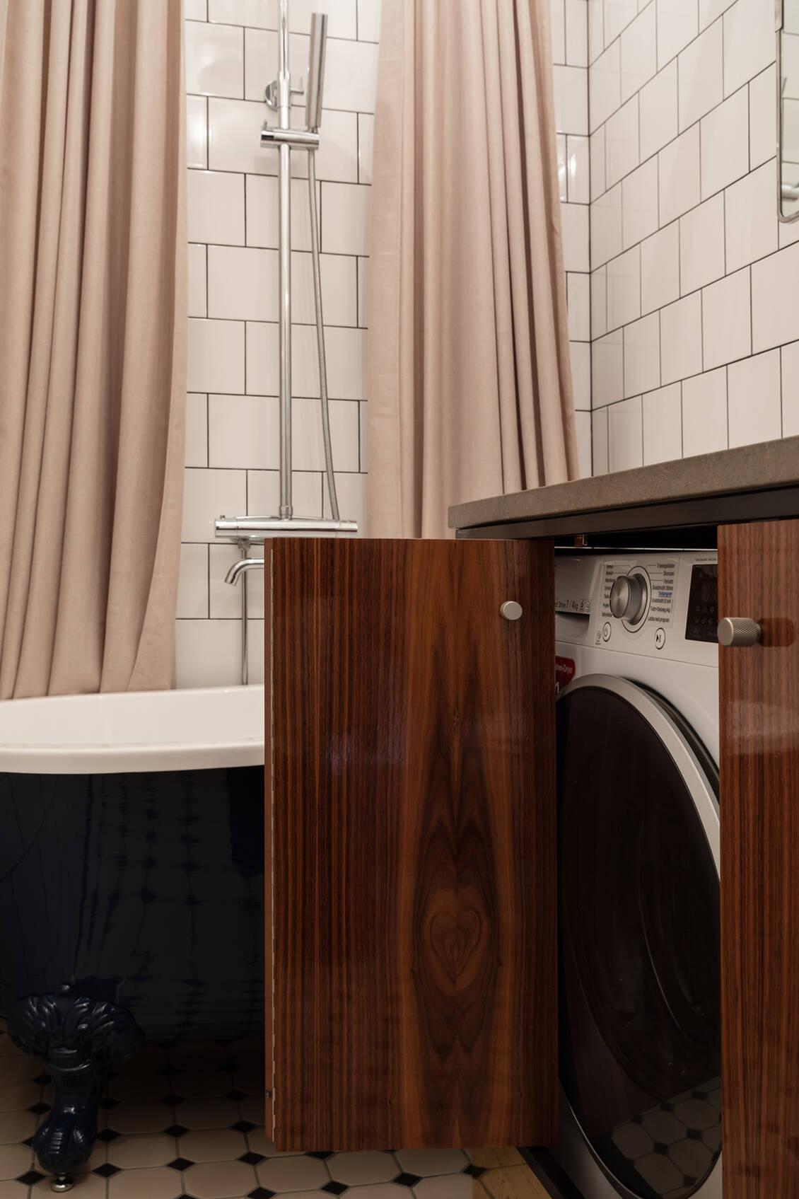 Tvättmaskinen med torkfunktion ( s.k. kombimaskin) är integrerade i kommoden.