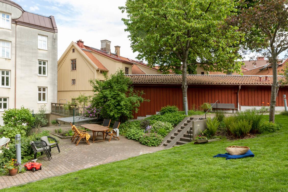 Föreningens gemensamma trädgård med plats för umgänge och grillning.