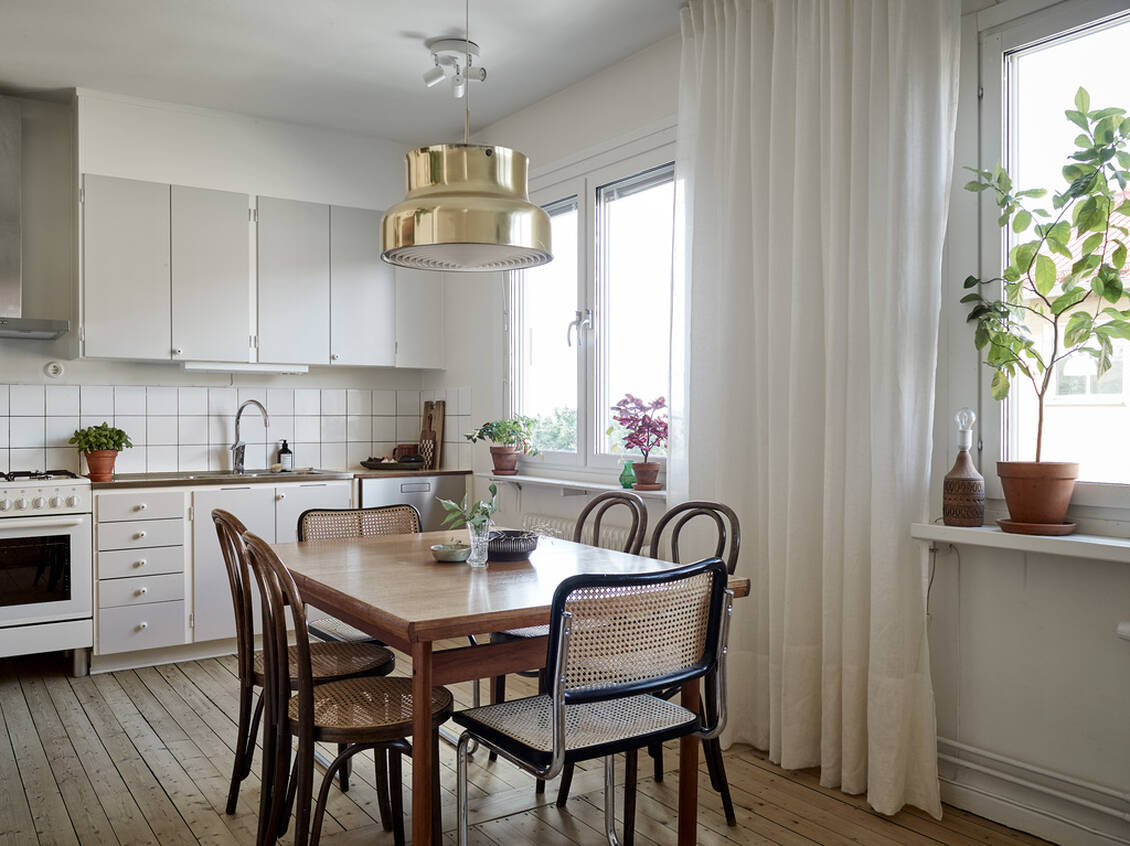 Den öppna planlösningen mellan vardagsrum och kök ger gott om plats för både soffgrupp och matsalsbord.