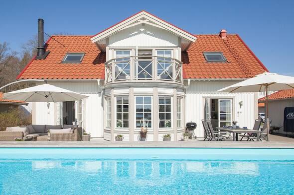 Villa med båtplats, sjöutsikt och pool
