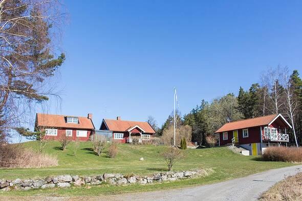 Gårdsbild med gästhus