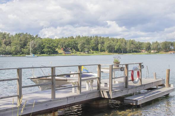 Brygga med segelbåtsdjup och badstege