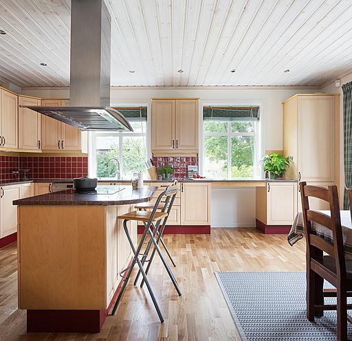 """L kök med härlig köksö med plats för matlagning och köks""""häng""""!"""