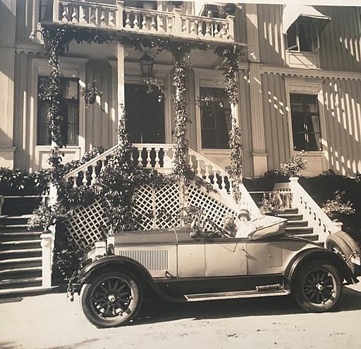 Greta med gamla bilen