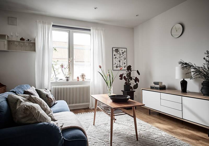 Fönstret i sydväst fyller lägenhetens vardagsrum med eftermiddags- och kvällssol.