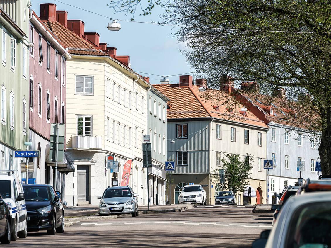 Stockholmsgatan är en ljuvlig gata med landshövdingehus i olika färger