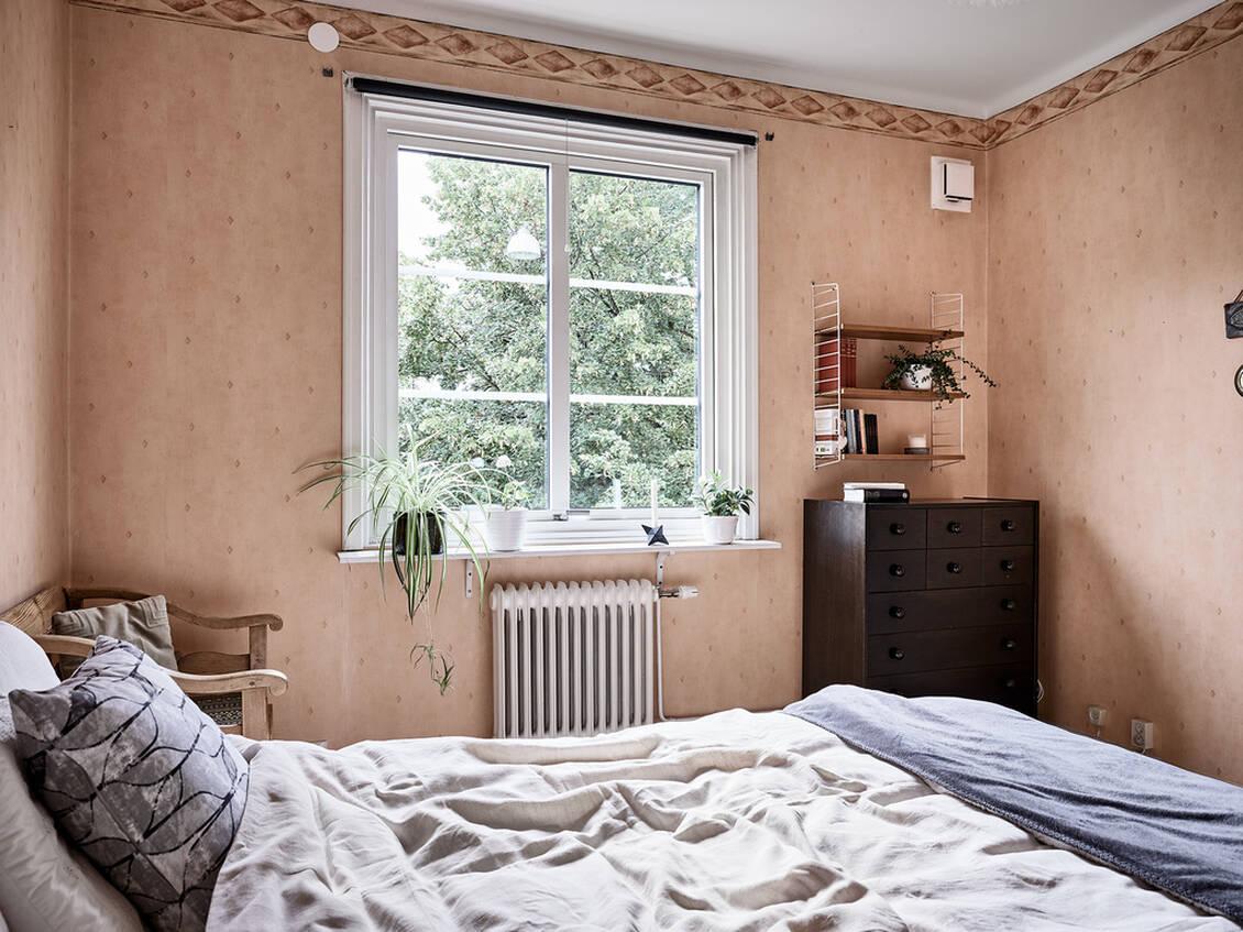Sovrum och vardagsrum ligger lugnt och insynsskyddat mot Ånäsfältet