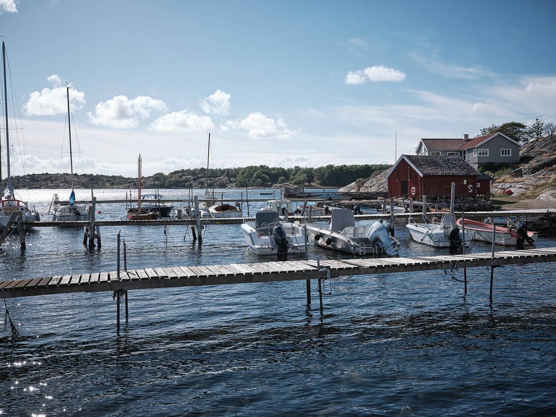 I Skalla hamn (ca 4 km bort)kan du ordna med båtplars