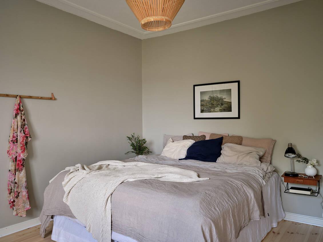 """Rummet har massivt brädgolv som slipades och lackades i fjol, och väggarna är målade med Jotuns färg """"Washed Linen""""."""