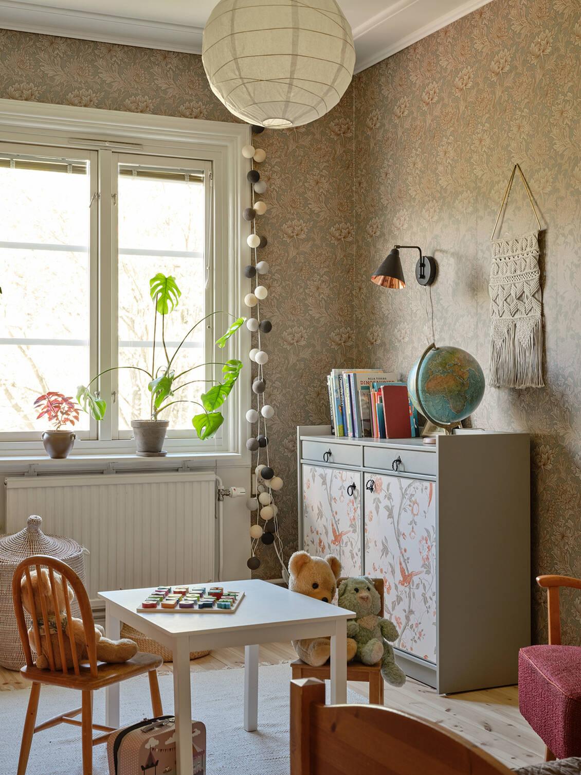 """Rummet har massivt trägolv och väggarna är klädda med William Morris vackra tapet """" Chrysanthemum Toile""""."""