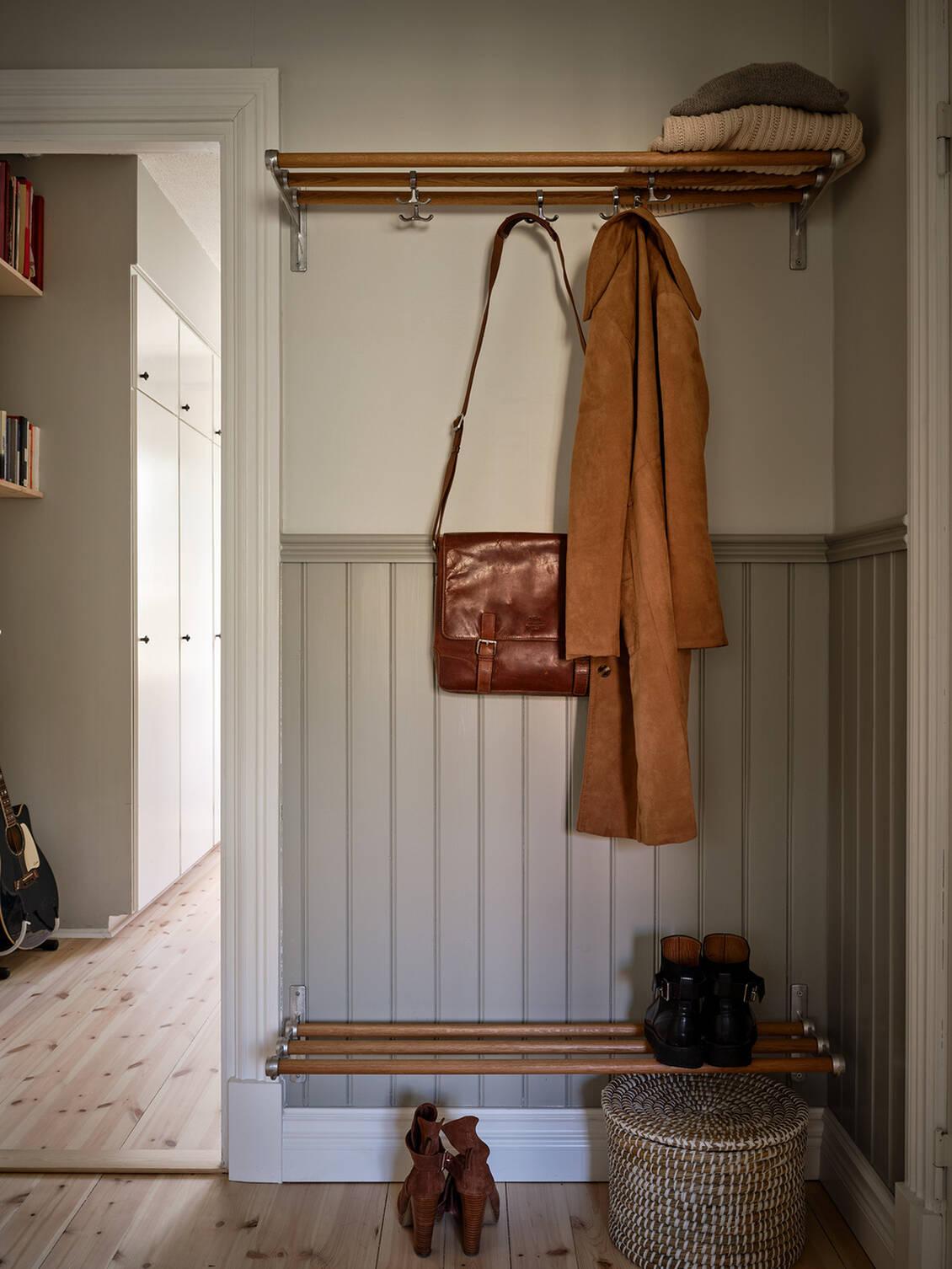 """Hatthyllan och det väggfasta skostället är av Essem Designs klassiska modell """"Nostalgi""""."""