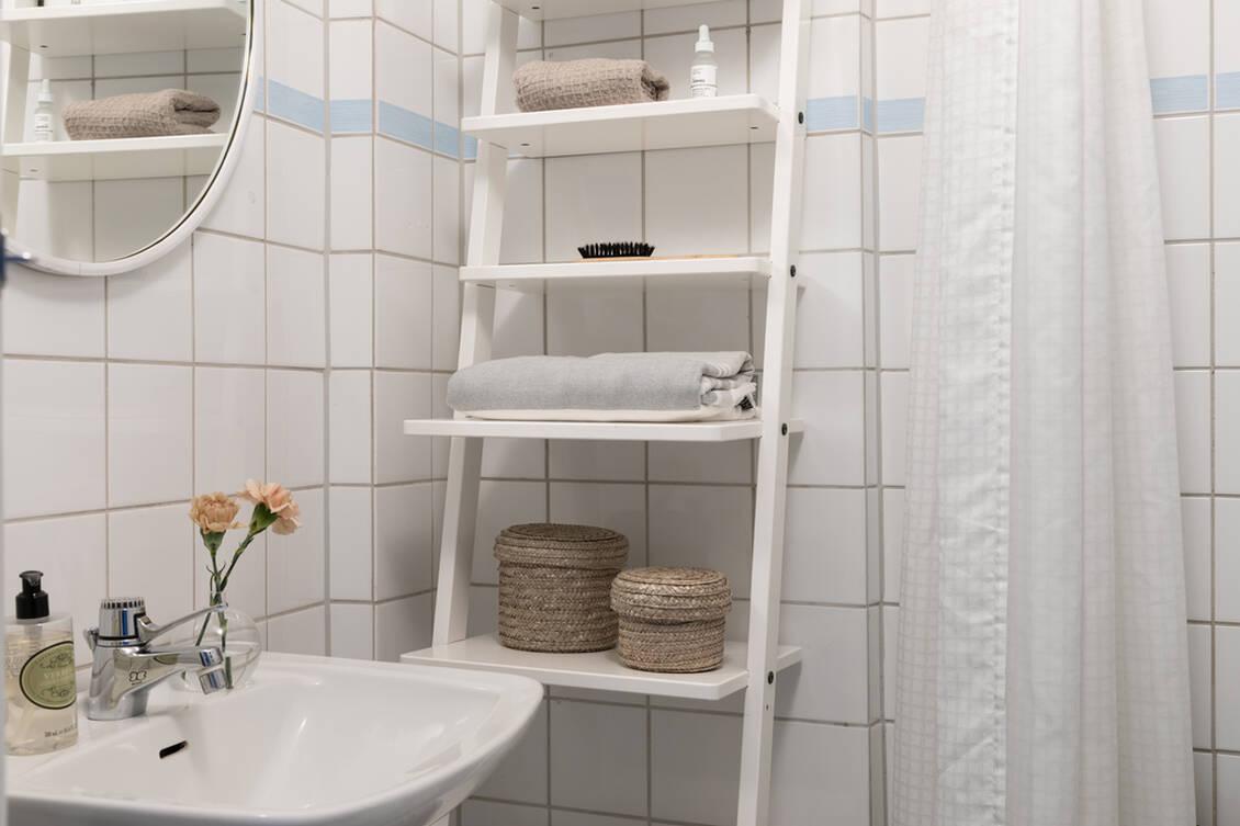 Helkaklat badrum med duschhörna.