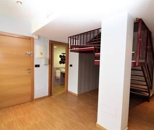 Entre och trappor mot övervåningen