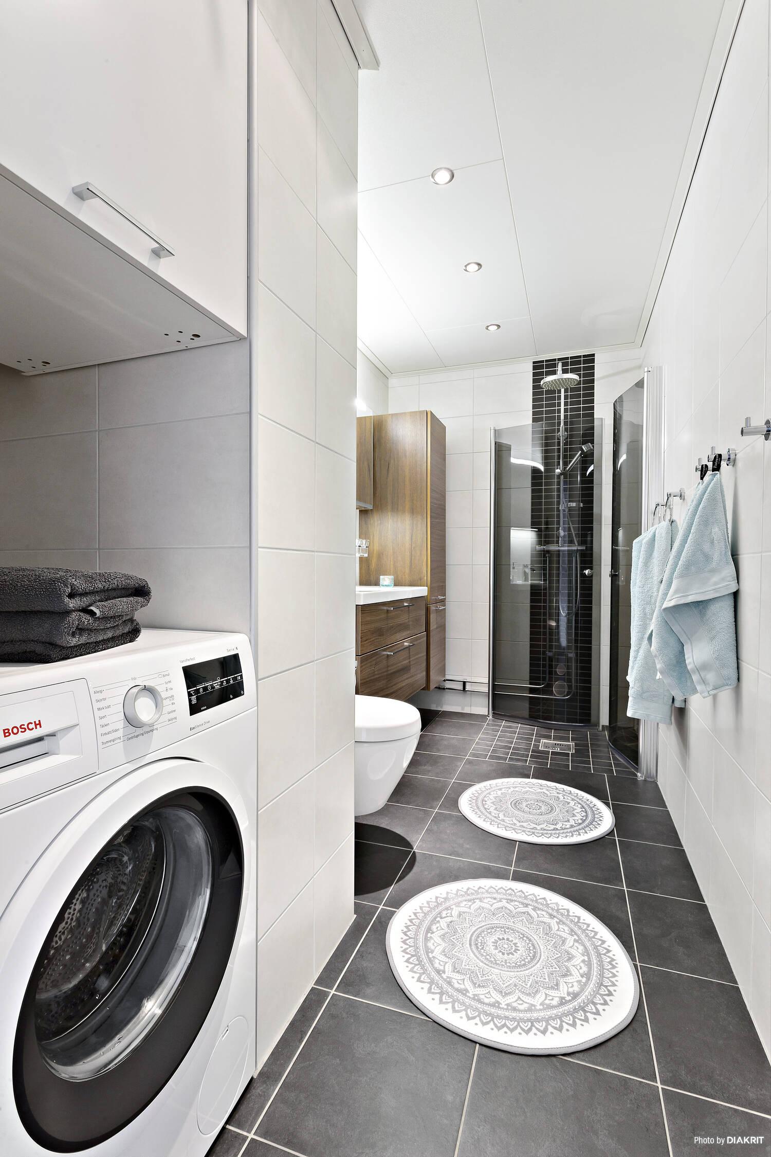 Helkaklat badrum med golvvärme och tvättmaskin