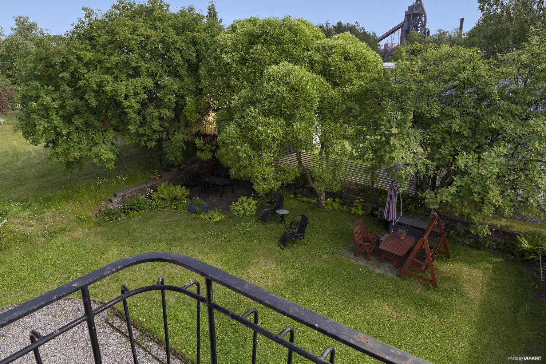 Utsikt från föreningens gemensamma balkong mot innergården med sittgrupp m.m.