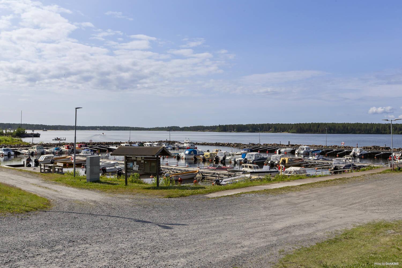 I vatten nära området finns även båthamn