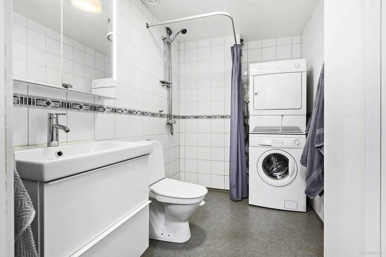 Badrum med egen tvättmaskin och torktumlare