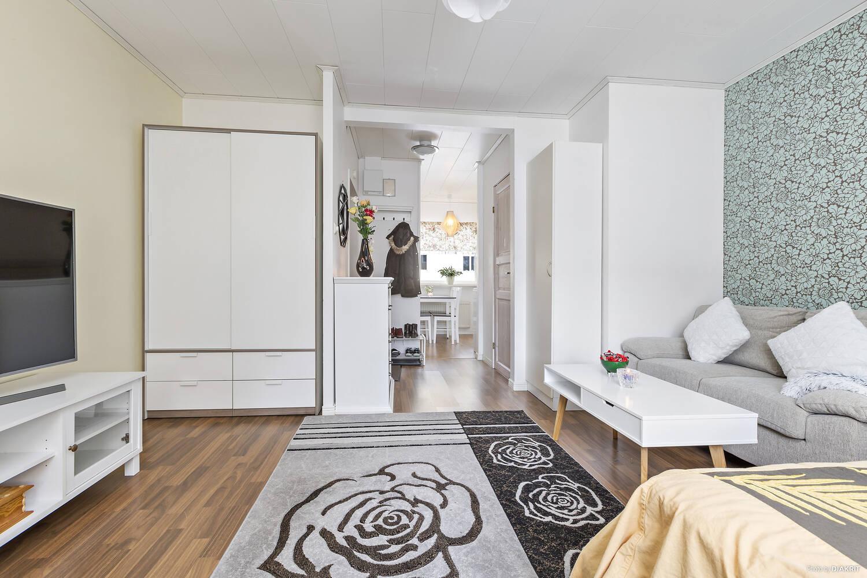 Vardagsrum och sovrumsdel där garderob ingår