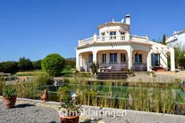 Villa med stor tomt, havsutsikt och ekologisk pool.
